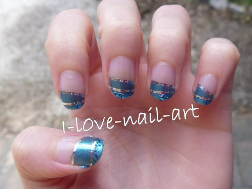 Nail art bleu avec stripping tape