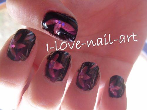 Nail art noir avec fleur et paillettes rose