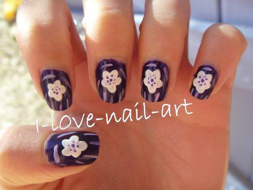 Nail art violet avec fleur blanche