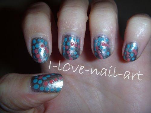 Nail art argenté, bleu et rose à points