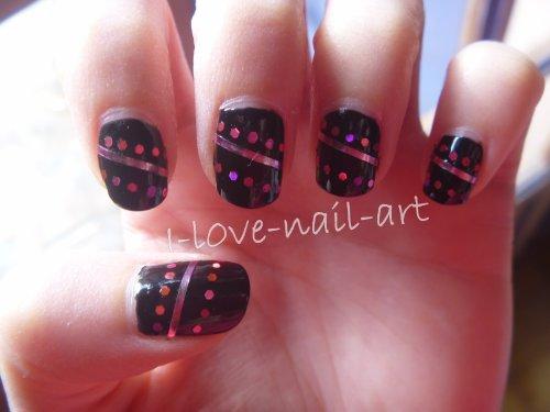 Nail art noir avec stripping tape et strass rose