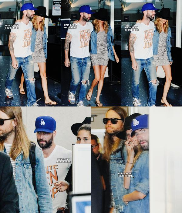 | Candids - 17.08. : James et Adam ainsi que Behati ont été vus à l'aéroport LAX de Los Angeles