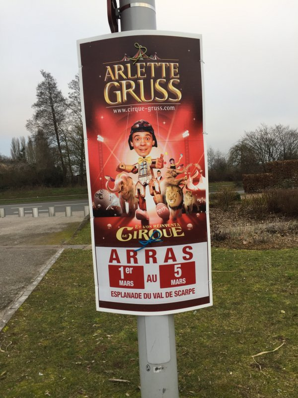 LES AFFICHEURS DU CIRQUE ARLETTE GRUSS SONT ARRIVES A ARRAS