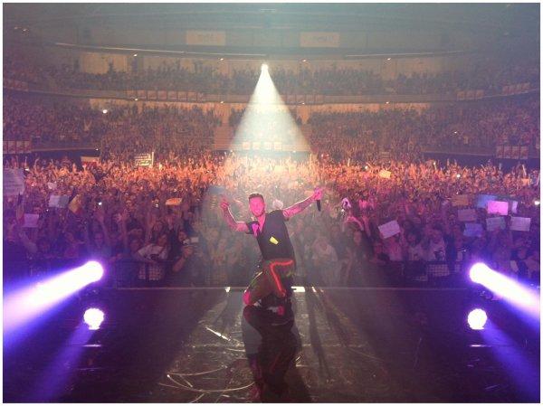 """Aujourd'hui lancement de la tournée « A la poursuite du bonheur tour 2012 » Enjoy ! """" A La Poursuite Du Bonheur disque de platine ! L'entrée du concert est juste magique.. !"""