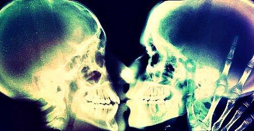 Il y a des sourires qui ne savent que ressortir la douleur du coeur.