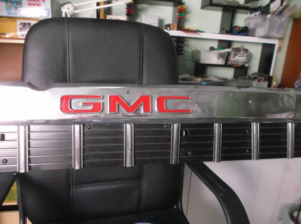 un samedi sur le GMC  remise en place du haut de calandre ,gmc repeint et branché les clignotants du bas !!!