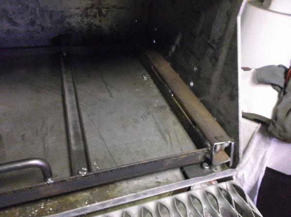 un samedi sur le GMC , pose de butées en caoutchouc en fond de coffre et un système pour stoppé le chariot a l'ouverture !!!