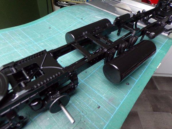 US 65 !!! peinture châssis non vernis , humbrol noir brillant 50%  diluant cellulosique et buse 0.3 mm