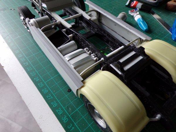 MAN F2000  !! 11 pose du petit réservoir ,du coffre a batteries et d'un filtre a air !!