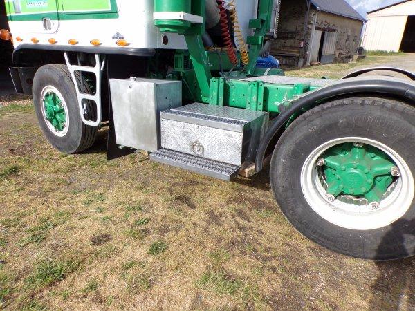un samedi sur le GMC !! suppression du gros réservoir pour y installé 2 coffres un pour les batteries et l'autre pour des outils !!