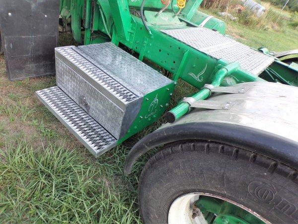sur le GMC ,pose du nouveau coffre a batteries et changé immat de la semi !!!