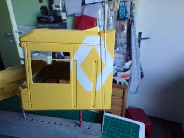 RENAULT AE 560 !!03 !! peinture blanche puis pose de pochoirs et peinture jaune !!!
