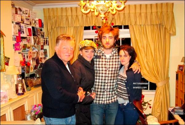 . Photo personelle de Robert, ses parents et Kristen Stewart sûrement prise lors de Noël dernier.  Souvenez-vous, Kristen et Robert ont fêtés l'an dernier Noël ensemble.. ça vous revient ? Hum, la touffe de cheveux de Rob !  .