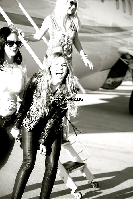 04. Dans la rubrique : « Mais qu'est ce qu'elle nous fait...? »01. Elle vient de se rendre compte que oui aujourdh'ui c'est bien HALOWEEN ( Bravo Miley )   Nous, on l'aurait jamais su sans toi, merci, vraiment !  02. Elle s'est vu dans le miroir ?  03. Elle vient d'apercevoir Selena Gomez ( .... )