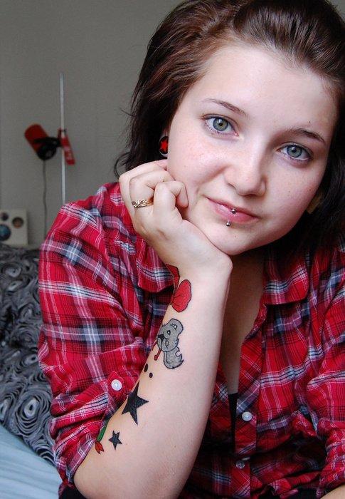 """Tatouage d'une demoiselle, surement un petit début de manchette, sur le thème """"cartoon"""" ... çà pourrait faire penser au tatouage malabar, mais ... dans le fond je trouve çà presque original au final ce qu'elle a fait, c'est pas souvent qu'on voit un bras avec ce genre de tatouage, je n'aime pas vraiment personellement mais ... çà a une allure quand même !"""