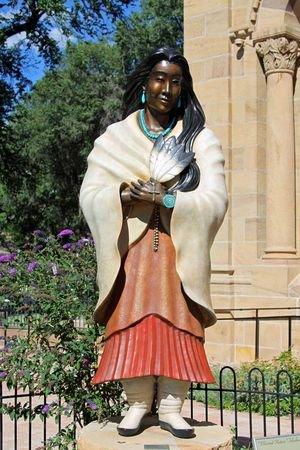 la statue de Kateri Tekakwitha, la premiere sainte indienne d'Amerique du Nord..