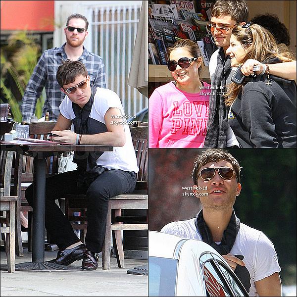 23/03/11 : Ed déjeunant et posant avec des fans dans Los Angeles. Demain, il s'envole pour l'Australie !