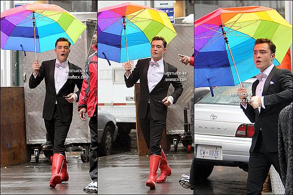 28/02/11 : Ed, sur le tournage de GG, gambadant dans les rues de NY sous la pluie. --So sex les bottes !