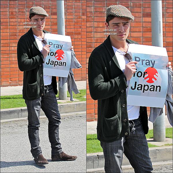 """-18/03/11 : Ed et ses mimiques habituelles sortaient de la maison de l'acteur, dans West Hollywood. Ensuite, il ---)))------manifestait son soutien aux Japonais avec un panneau de leur drapeau inscrit """"Priez pour le Japon""""."""