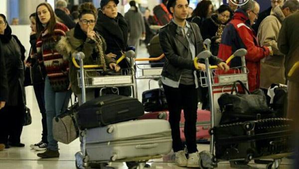 Capucine à l'aéroport à Roissy Charles De Gaulle pour partir aux Bahamas. Les Anges 5