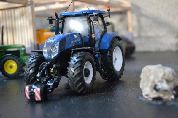 On Prepare le Tracteur pour atteler le semoir !