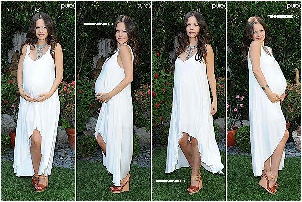 Le 02.09.13 : Voici notre sublime Tammin entrain de posez dans un Jardin a Beverly Hills . Tammin et magnifique avec son ventre rond en plus j'ai vraiment hâte de la voir avec sa petite fille
