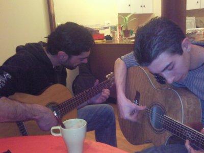 yohann et jeremy joue de la guitare