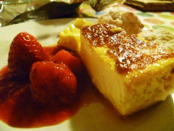 Flan Basque (Koka) accompagné de son coulis de fraise et de ses macarons de St Jean de Luz