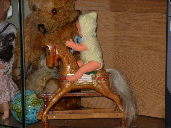 Petits chevaux de bois... et poupon Nano...