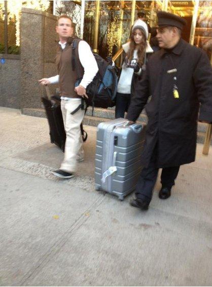 eleanor quittant l'hotel se rendat surment à l'aeroport vue les valises :)