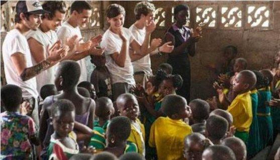 les boys en afrique rendant visite au enfants du ghana :')