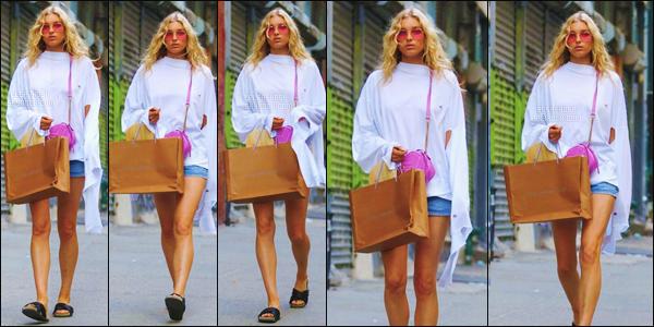 - 10/06/17 - La délicieuse Blonde Elsa  a été vue toute seule en faisant une «promenade» dans un quartier de New YorkLa jeune blonde a adopté une tenue simple pour cette sortie dans les rues de New York. Pour elle je mes un bof pour la tenue qu'elle portait. top/flop ?-[/alig fen]