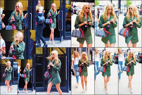 - 21/06/17 - Elsa Hosk et son amie Romee Strijd ont été appercues se promenant dans la ville de New York City !Elsa avait dans ses mains une boisson fraîche. Elle était sublime dans sa robe kaki. C'est pour cela que j'accorde un top pour sa tenue. Top / flop ?-[/alig fen]