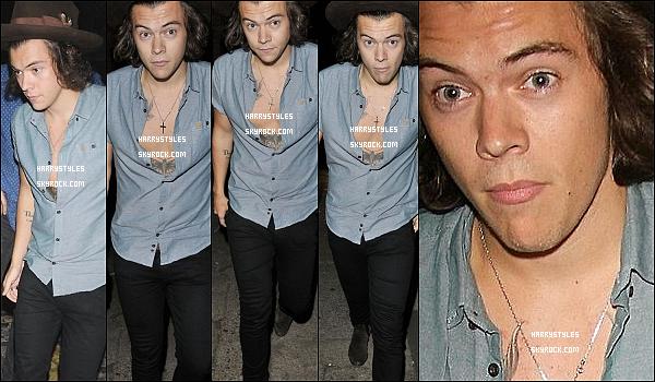 """- 17/07/14 : Harry Styles seul se rendant à la  QG Summer Party dans sa capitale Londres.. J'aime de trop sa tenue, je crois que c'est une de mes chemises favorites, surtout  qu'il montre son """"torse"""", ilest beau."""