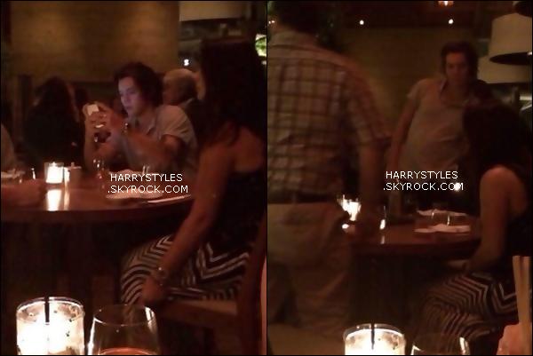 23/02/14 : Monsieur Styles a été vu photographiée à un dîner scotché sur son téléphone , situé à LA. Vive la qualité de merde, mais sinon Harry a l'air de nous avoir fait un jolie top côté vêtement et Harry lâche ton tel !