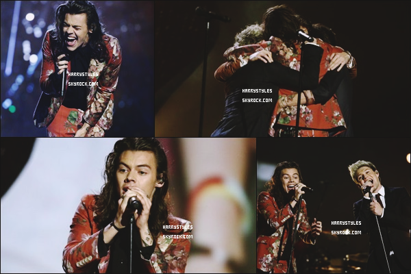 13.12.2015 - Monsieur Styles et le reste du groupe ont donné une performance dans X-Factor, à UK ! OUla alors niveau tenue Harry c'est un gros flop ! Non mais dis moi tu as pris le rideau de ta mère ou sa nappe non ? Sinon TOP History.