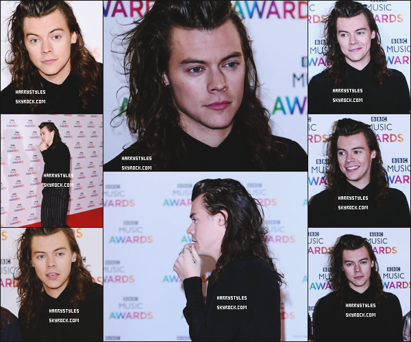 10.12.2015 - Harry Styles et le reste du groupe ont assisté aux BBC Music Awards 2015, à UK ! Et on continue dans la laideur, le haut passe c'es top mais le pantalon. Harry te serais-tu trompé d'époque ? Ils ont chanté aussi.