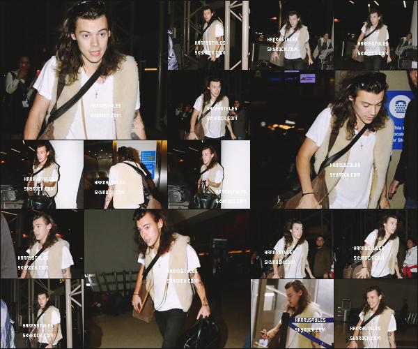 06.12.2015 - Monsieur Styles a été vu tout seul à l'aéroport de Los Angeles dit LAX, aux USA! Un top pour cette tenue j'aime beaucoup le style de Harry quand il est sérieux !  Je pense que Harry quitte LA pour UK.