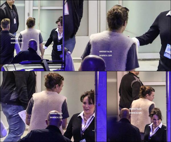 """04.12.2015 - Monsieur Styles tout seul a été vu arrivant au Staples Center à Los Angeles, en Californie ! Pour la tenue j'aime beaucoup sa petite """"doudoune"""" ou gilet comme vous le voudrez. Dommage que les paparazzis l'ont pris de dos !"""