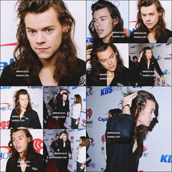 04.12.2015 - Harry Styles et le reste du groupe ont chanté une aux Jingle Ball 2015, à Los Angeles ! Côté tenue un nouveau top pour notre Monsieur Styles favoris ! Ils ont chanté et une photographie du portrait des boys est apparu.