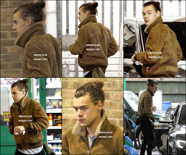 05.11.2015 - Harry Styles a été vu dans une station d'essence pour faire le plein de sa voiture, à Londres ! Encore un top, Harry les enchaînes en ce moment et ça fait plaisir de voir ça dans les sorties.Par contre oui ces cheveux sont gras la. Avis ?