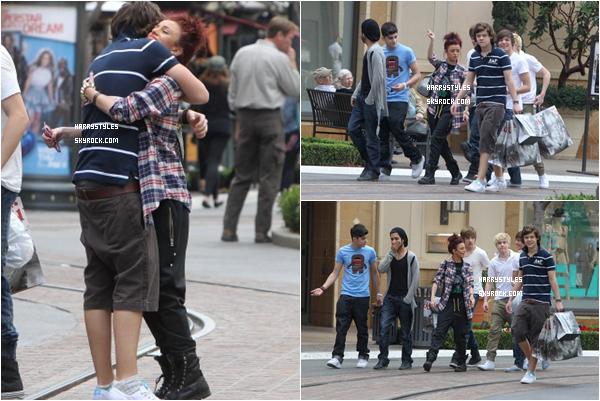 26.01.2011 - Harry Styles et le reste du groupe avec la chanteuse Cher Lloyd, à West Hollywood. C'est un top, les boys ont l'air content de ce séjour aux Etats-Unis d'Amérique. J'aime beaucoup la tenue de Harry.