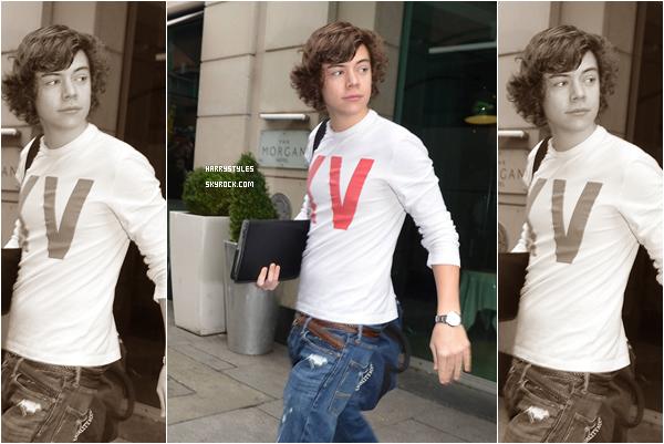 23.02.2011 - Harry Styles et le reste du groupe encore entrain de quitter l'hôtel, à Dublin. Nous avons une seule photo mais elle est de qualité. Bon les gars je vous adore mais je rendre, je sors STOP svp.