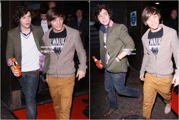 03.03.2011 - Harry Styles et le reste du groupe arrivant à leur l'hôtel, à Londres. J'aime pas trop la veste mais ça reste un top pour moi . Bon les gars je vous adore mais je rendre, je sors STOP svp.