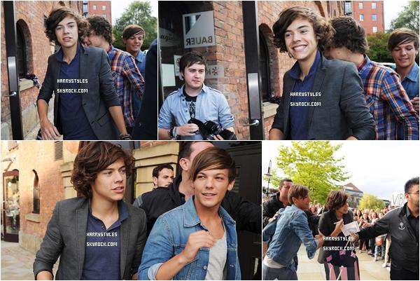 16.08.2011 - Harry Styles et le reste du groupe Real Radio Studios, à Manchester. Ils ont été aussi au KEY 103, j'adore la tenue de Harry sauf le pantalon chie dedans, mais sinon ça va.