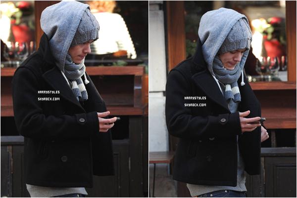 13.12.2011 - Harry Styles et le reste du groupe sont de sortis dans Londres. Une petite pause courses pour les boys s'impose. Harry braqué sur son téléphone mais c'est Bof la tenue.