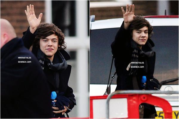 18.12.2011 - Harry Styles en compagnie apparemment de Caroline Flack à Londres. On ne voit pas la belle Caroline, mais apparemment elle est bien avec H. Nous avons un jolie petit sourire de H.
