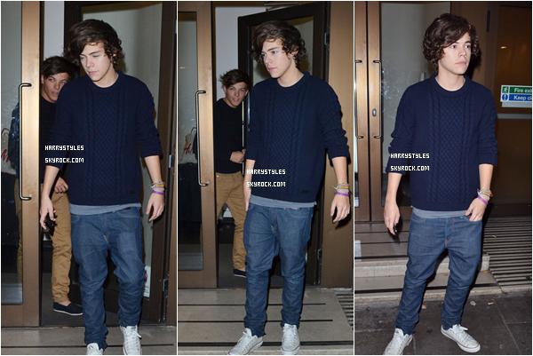 17.11.2011 - Harry Styles et le reste du groupe sortant de leur hôtel dans des tenues décontractées Les gars n'arrêtent vraiment pas c'est halllucinant pour un groupe qui n'est arrivé que troisième à X Factor. Top pour Hazzabou.