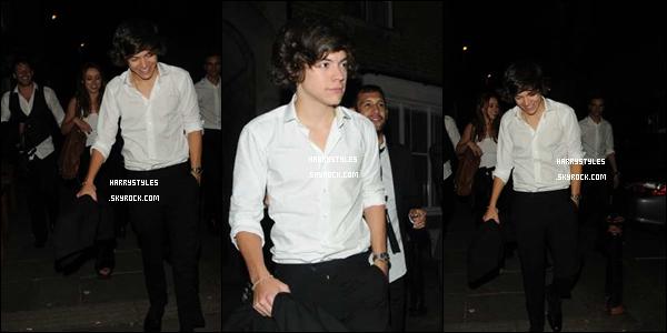 27.07.2012 - Harry Styles a été aperçu un peu bourré sortant d'un club avec Niall et une fille à Londres. La fille avec lui est avec quelqu'un, il n'y a rien de plus que de l'amitié. J'aime voir Harry heureux mais pas trop et vous ?
