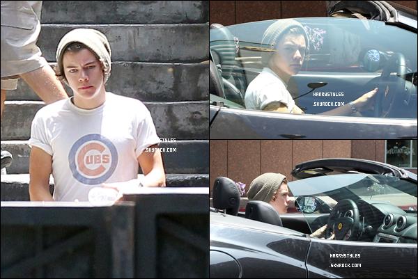 22.06.2012 - Harry Styles a été aperçu dans sa Ferrari de couleur noir dans Los Angeles. J'aime beaucoup sa voiture. Malheureusement on ne voit que son haut blanc cette couleur lui va très bien.